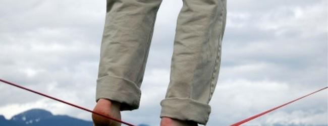 Românii trăiesc ca pe sârmă fără plasă de protecţie.